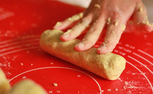 Każdą porcję delikatnie wałkujemy dłonią.
