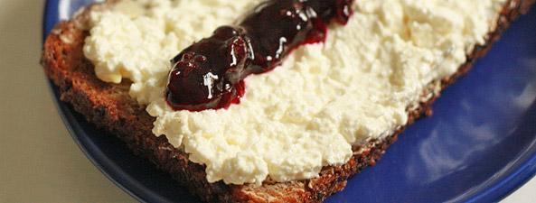 Kanapka z białym serem i dżemem