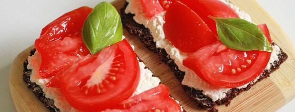 Kanapka z białym serem i pomidorem
