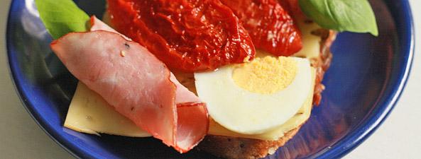 Kanapka z suszonym pomidorem