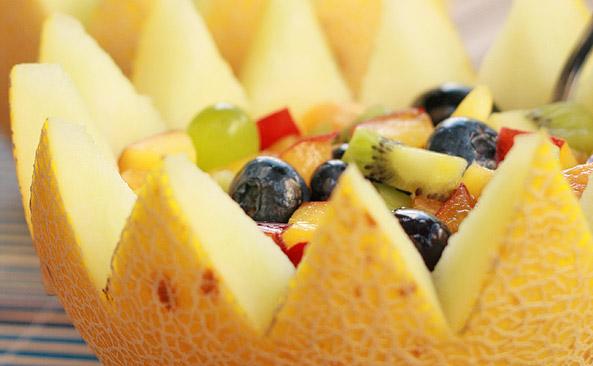 Soczysta sałatka w melonie