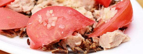 Sałatka z tuńczykiem, dzikim ryżem i pomidorem