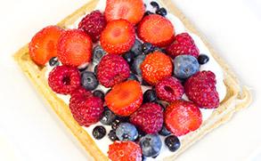 Pełnoziarniste gofry z owocami i jogurtem