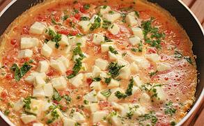 Omlet z mozzarellą i pomidorami przygotowywania