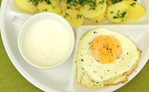 Ziemniaki z jajkiem sadzonym i kefirem